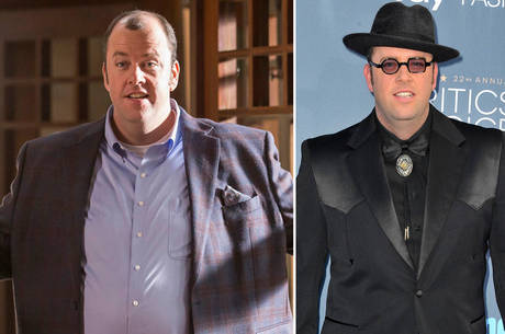 Chris Sullivan com o enchimento em This Is Us