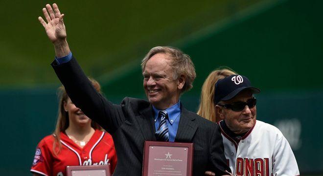 Boswell, com um prêmio que recebeu pelo seu trabalho nos Esportes