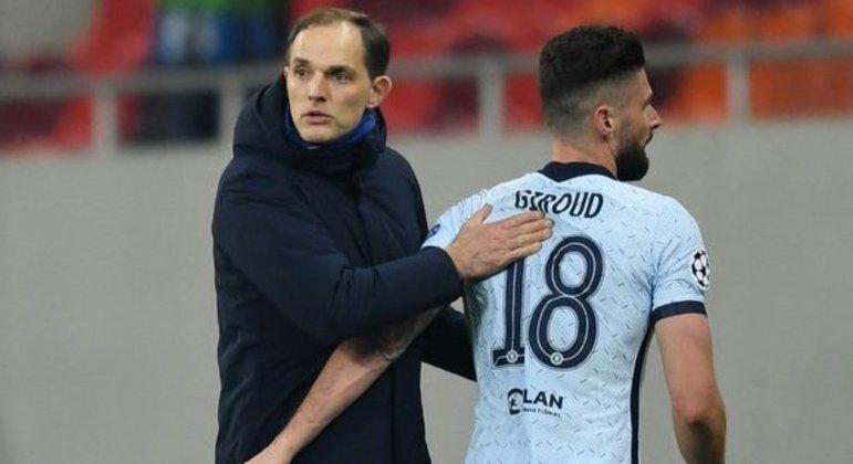 O cumprimento do treinador Thomas Tuchel em Olivier Giroud