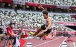 O atleta corria normalmente o percurso antes do pulo, quando pareceu ter sentido alguma lesão no joelho. Ele fez o pulo já com o corpo de lado e acabou caindo em cima do ombro e de cara no chão