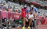 O atleta acabou saindo de cadeira de rodas. Caso se recupere a tempo, ele ainda terá que disputar nesta quarta a prova de salto em altura e os 400 metros rasos