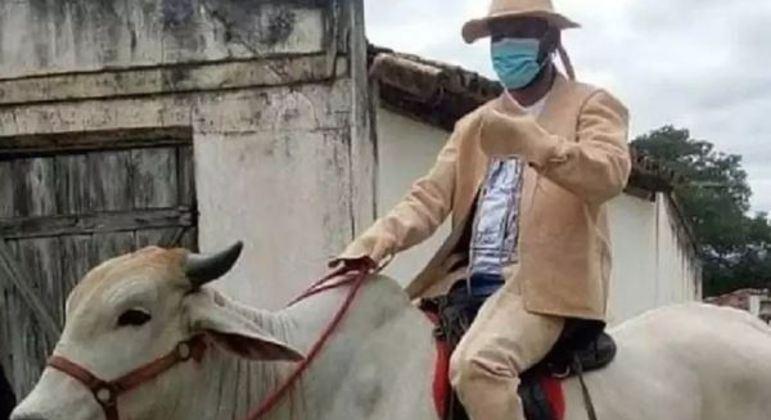 Tiago Dias foi para a posse montado num boi e vestindo roupa de couro