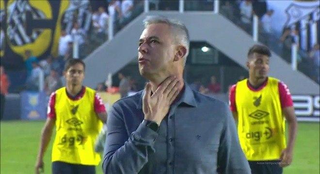 """Tiago Nunes encarando a torcida santista com ironia. """"No grito, não"""""""