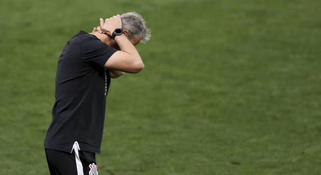 Tiago Nunes perdido. Desde que chegou ao Corinthians, em janeiro