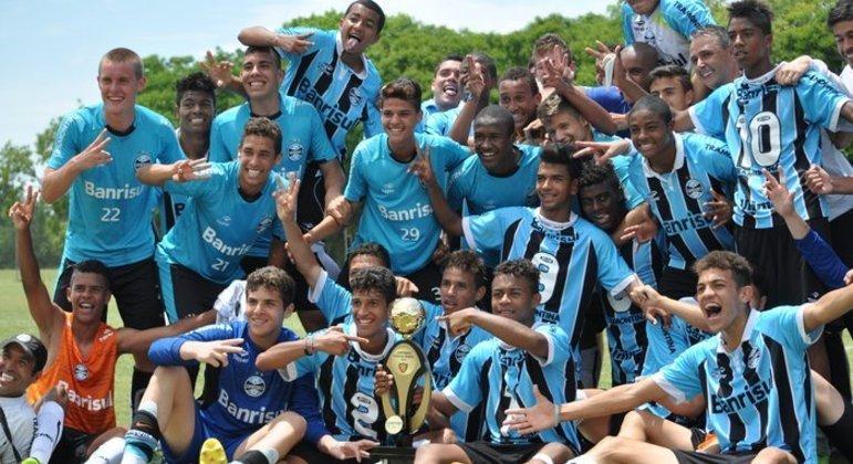 Tiago Nunes, em pé, à direita. Comemorando título do sub-15 do Grêmio