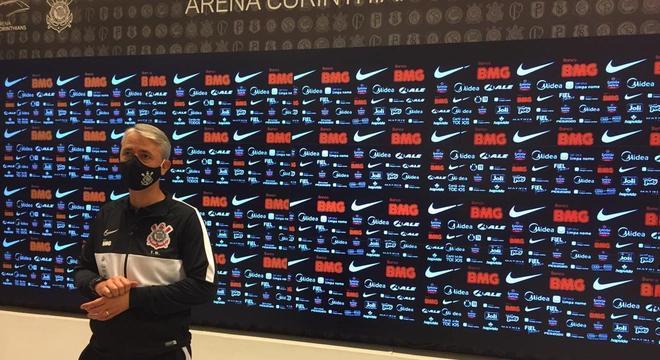 Tiago Nunes, na coletiva. Alívio enorme por não ter sido eliminado pelo Palmeiras