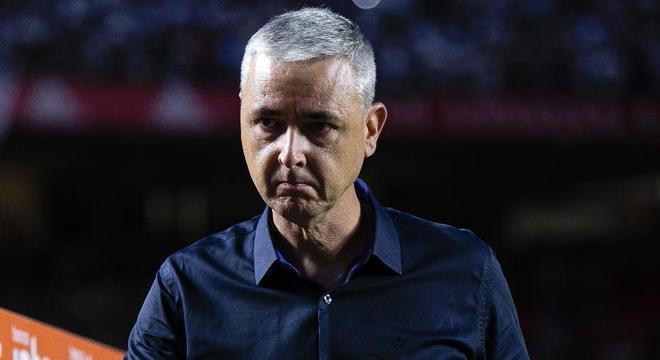 Tiago Nunes repassa aos jogadores as derrotas. Não é postura de comandante