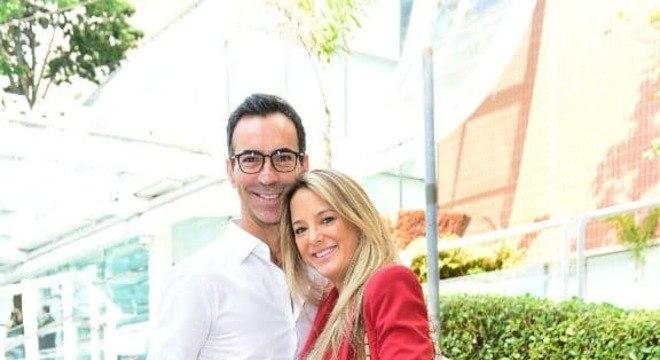 Ticiane Pinheiro e César Tralli deixando a maternidade com a filha