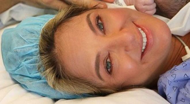 Ticiane Pinheiro mostrou o rosto de sua filha recém-nascida pela primeira vez