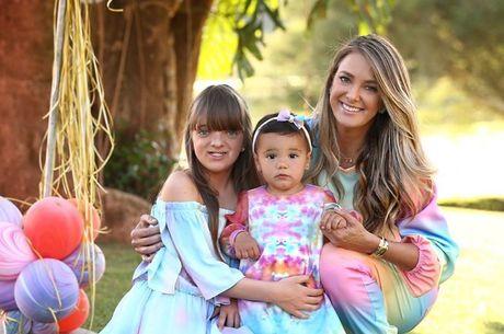 Tici postou para foto com as duas filhas, Rafa e Manu