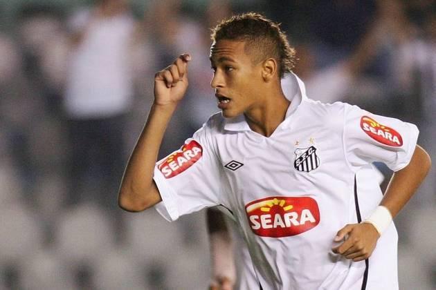 Tido como grande promessa do Santos, Neymar fez sua estreia no time profissional em 7 de março de 2009, aos 17 anos, Na carreira, formou um belo ataque no Barcelona e está no PSG. Conquistou o ouro inédito na Olimpíada de 2016.