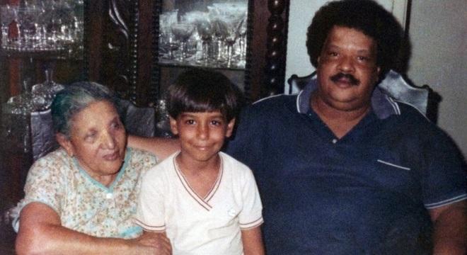 O pequeno Carmelo Maia posa entre a avó paterna e o pai, Tim Maia