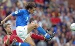 Pela esquerda, o escolhido foi o italiano Paolo Maldini, ídolo do Milan nos anos 1990 e 2000