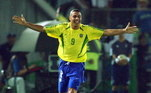 Eles ganham a companhia do brasileiro Ronaldo, artilheiro da Copa do Mundo de 2002.Em uma fictícia formação tática, a revista posicionou o brasileiro centralizado no ataque, com Messi aberto pela direita e CR7 pela esquerda