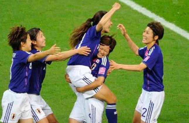 Time japonês vibra ao marcar um gol contra o Canadá, no jogo que terminou em empate