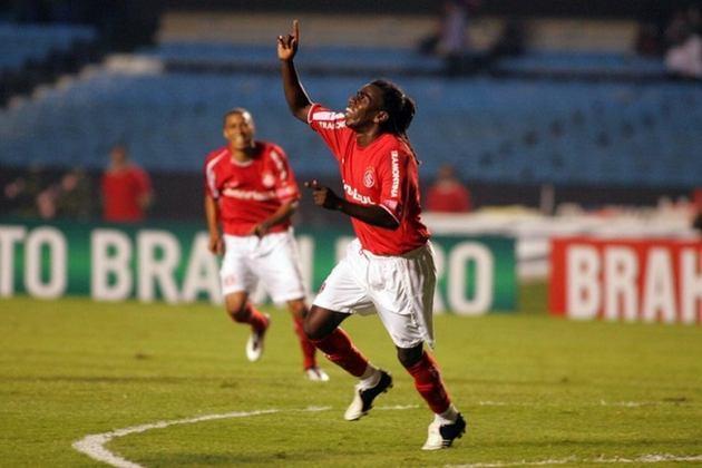 Tinga: cria do Grêmio e mostrando um bom futebol desde o seu início, se mudou para a Europa e defendeu o Sporting. Porém em 2005, voltou ao Brasil e passou a usar as cores do Internacional desde então.