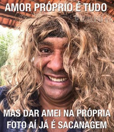 Com quase uma década de vida<br /> política, Francisco Everardo Tiririca Oliveira Silva não abriu mão do humor.<br /> Nas redes sociais, o deputado acumula publicações bem-humoradas e mostra que,<br /> mesmo usando terno e gravata durante as sessões, a comédia continua fazendo<br /> parte da vida dele