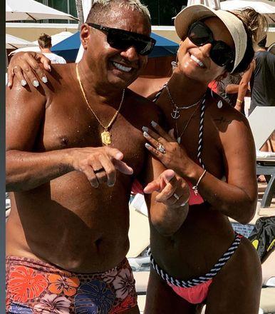 Há também espaço para fotos com poses descontraídas ao lado da mulher,NanaMagalhãesVeja também:Tiririca curte férias no México e mulher de humorista ganha elogios