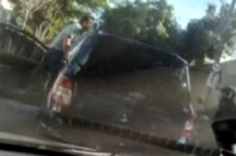 Imagens mostram quando motorista desce do carro