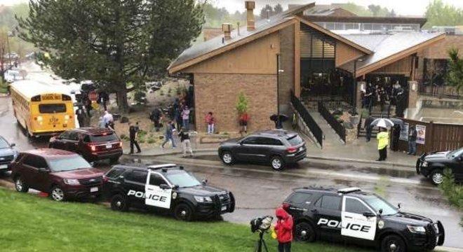 Policiais fizeram buscas na escola após o tiroteio
