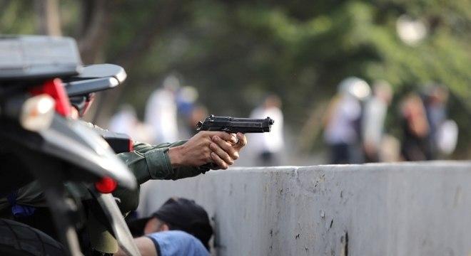 Disparos foram ouvidos em manifestação convocada por Guaidó