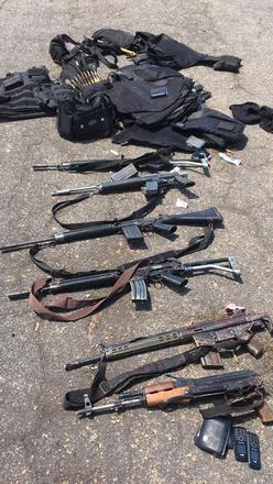 Cerca de seis fuzis AK-47 foram apreendidos, além de uma AK-50. Outro veículo, com uma quantidade ignorada de assaltantes, conseguiu evadir-se do local. Estão sendo realizadas buscas na região, com o apoio da Polícia Militar, para localização e prisão desses assaltantes