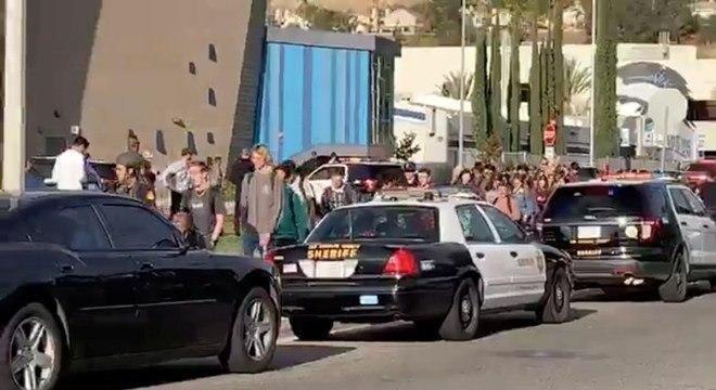 Policiais escoltam alunos e funcionários para fora da escola Saugus, em Santa Clarita