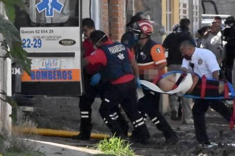 Paramédicos resgatam vítima do massacre no México