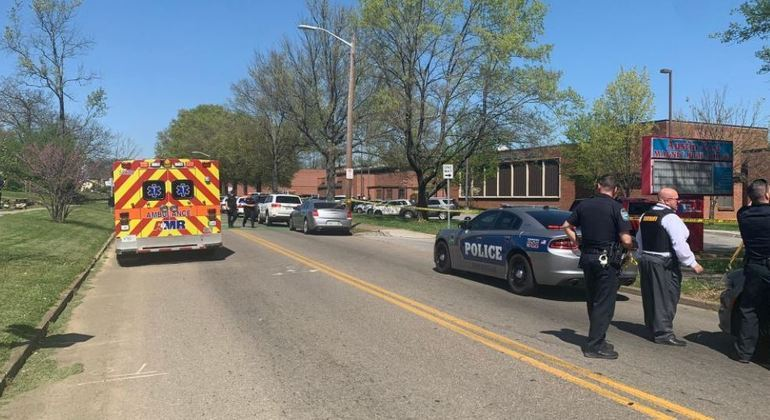 Policiais cercaram a escola Austin-East Magnet, em Knoxville
