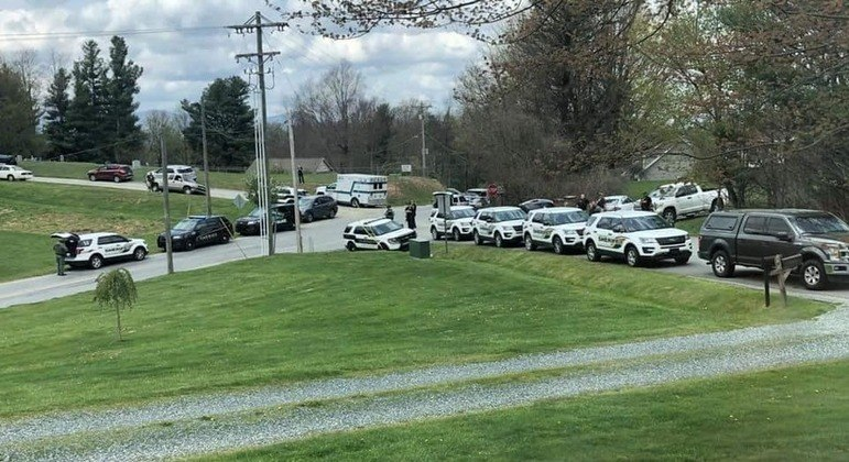 Policiais de várias cidades próximas cercaram a área onde fica a casa