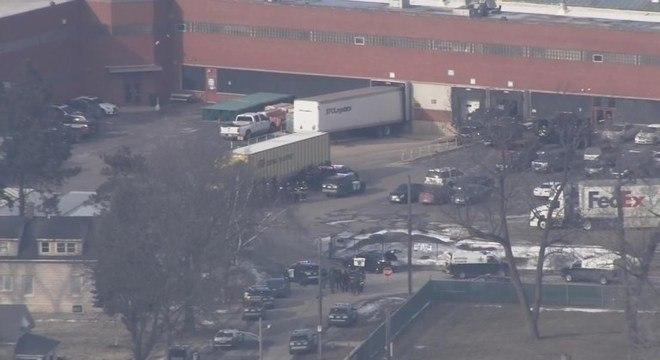 Polícia cercou o prédio onde fica a fábrica de válvular em Aurora (EUA)