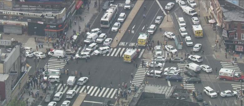 Dezenas de viaturas chegaram ao local em resposta ao tiroteio desta quarta