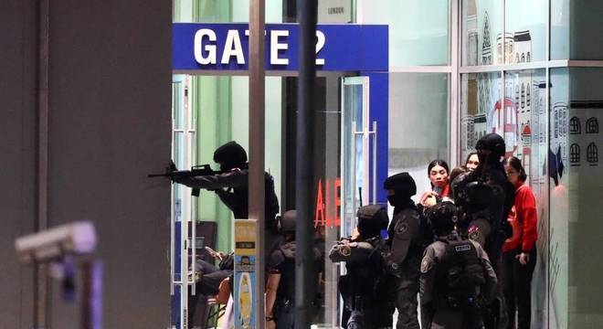 Policiais cercaram para retirar pessoas do shopping;