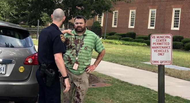 Policial atende homem que escapou de tiroteio em Virginia Beach
