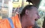Um colega de trabalho de Phil simplesmente coloca um alicate na boca dele e puxa o dente da gengiva. Simples assim