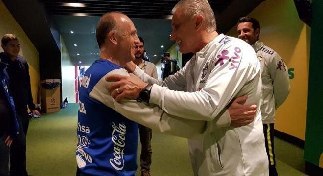 Tite cumprimenta o técnico de Honduras, Fabián Coito. O jogo foi fácil demais