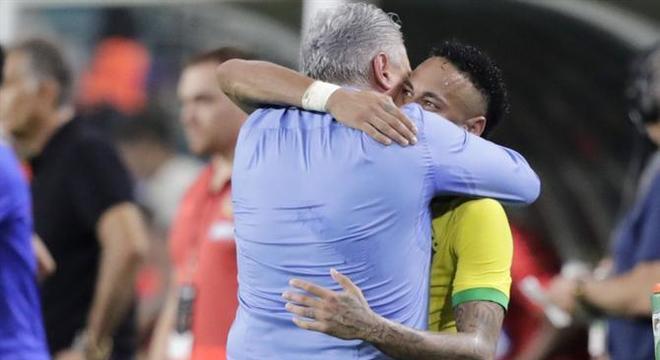 Tite segue abraçando Neymar pelo mundo todo. Impressionante