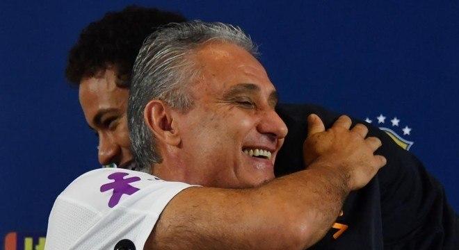 Os demais jogadores percebem a proximidade de Tite e Neymar. E incomoda