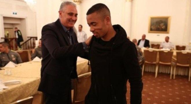 Gabriel Jesus é recepcionado por Tite na apresentação, em Moscou