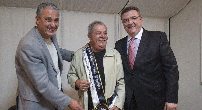 Tite e Lula. Treinador entregou a faixa de campeão da Libertadores ao ex-presidente