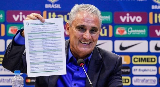 O técnico Tite mostra a lista dos convocados da seleção brasileira para a Copa