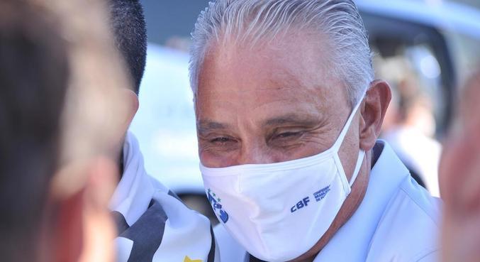 Tite foi um dos pouco mais de 5 mil convidados para partida no Maracanã