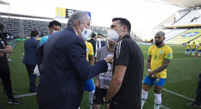 Técnicos Tite e Scaloni conversam durante paralisação de Brasil x Argentina