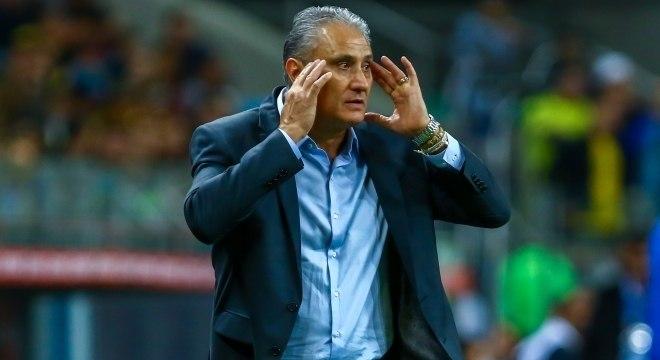 O técnico Tite, da seleção brasileira, está preocupado com as lesões de seus titulares
