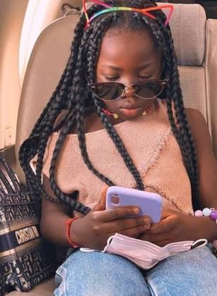 A garota surgiu nas redes sociais da mãe fazendo pose de top model e usando um look contemporâneo