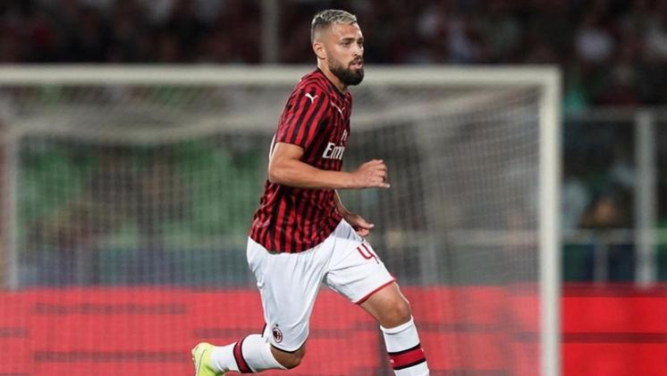 Titular no início da passagem de Jorge Jesus, o zagueiro foi vendido ao Milan em agosto de 2019 e abriu espaço para a ascensão de Pablo Marí.