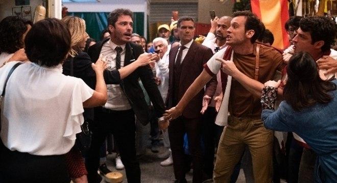 Tobias se descontrola ao ver José Antônio com Donatella no Mercadão