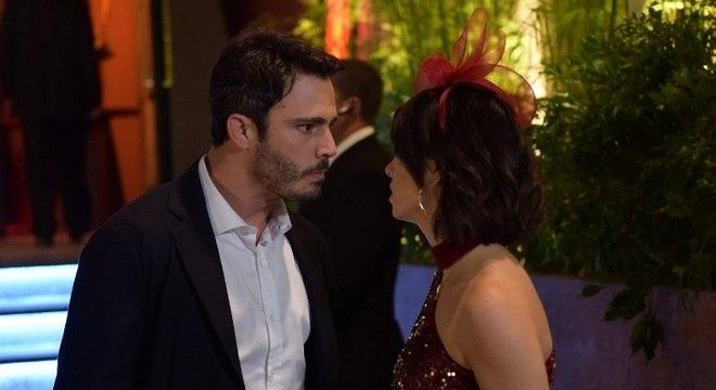 Tobias discute com Donatella por ela ter aceitado passar a noite com Ramiro