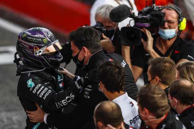 Toda a festa de Hamilton com a equipe Mercedes, a campeã do dia