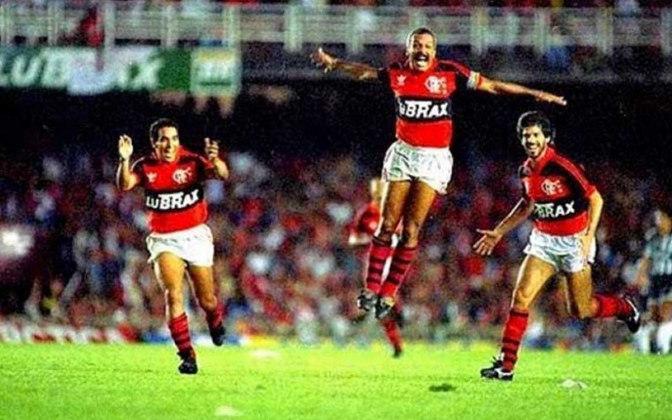 Todos tinham chance na última rodada do Grupo 1 do Brasileiro de 1992 (formado também por Flamengo e Santos). O Vasco foi se impondo sobre o São Paulo em São Januário mas, em vez do empate, na outra partida o Rubro-Negro vencia os santistas. Mesmo ao som de
